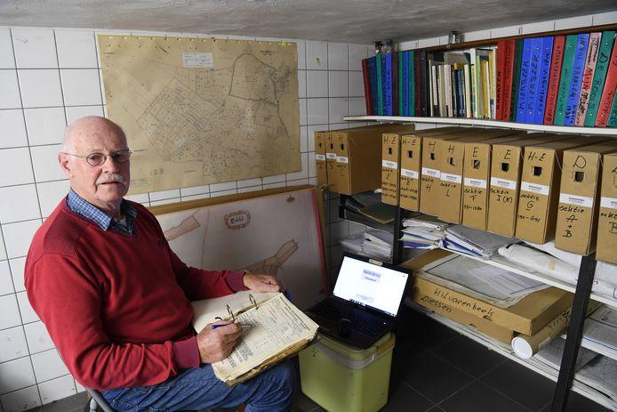 Kaarten, papieren en verder alles wat maar met Hilvarenbeek of een van de kernen te maken heeft, interesseert Jan van Helvoirt.
