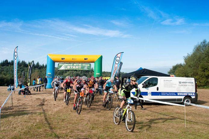 Eenmalig terug van weggeweest, mountainbiken van de Bergrace. Hier de start van een wedstrijd in Lunteren.