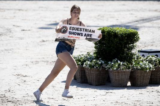 De dierenactiviste wil ook aangifte doen tegen de man die haar een trap gaf nadat ze was afgevoerd.