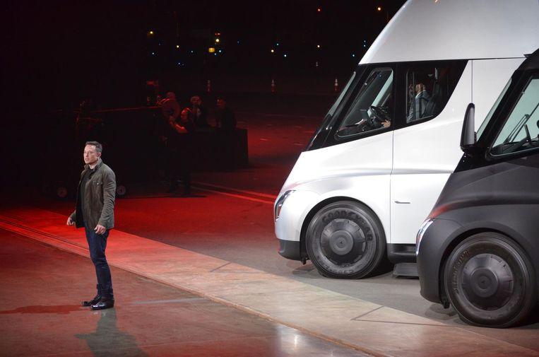 Elon Musk bij zijn elektrische vrachtwagens. Beeld ap