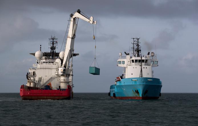 Twee schepen tijdens de bergingsactie.