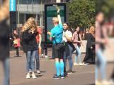 Alphense scheidsrechter Kevin Blom handhaaft de 1,5 meterregels in Haagse winkelstraat