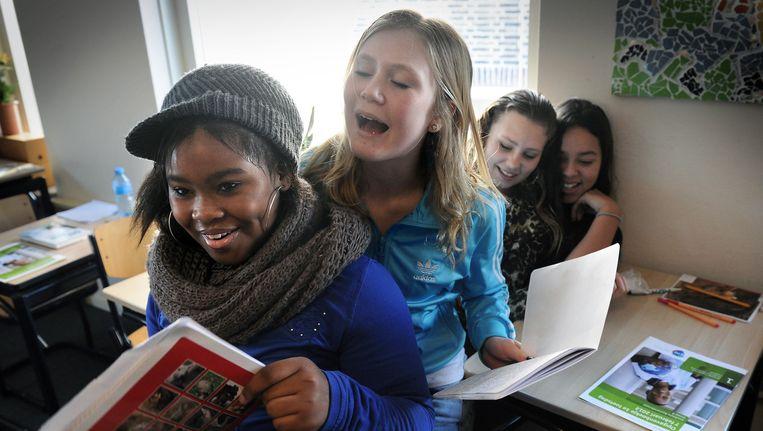 Kinderen van basisschool Max Havelaar in Delft houden pauze tussen het maken van twee Citotoetsen in. Beeld Marcel van den Bergh