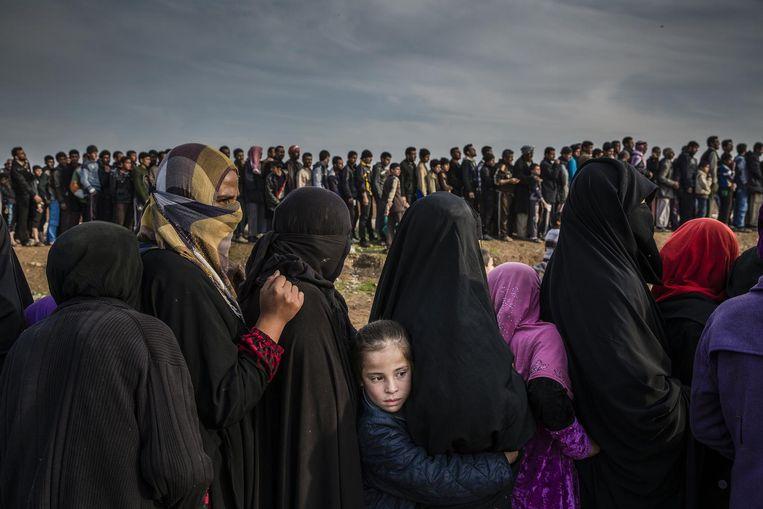 Burgers die tijdens de slag om Mosul in de stad bleven staan in de rij voor hulp Beeld Ivor Prickett/The New York Times