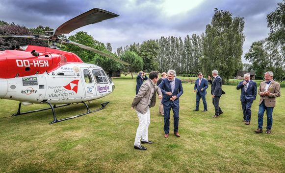Izegem Onder impuls van Yves Peene, voorzitter van Rotary Mercurius Roeselare werden 25 Rotary - clubs bereid gevonden omgedurende drie jaar de Mug Heli elk jaar voor minstens 50.000 euro financieel te ondersteunen