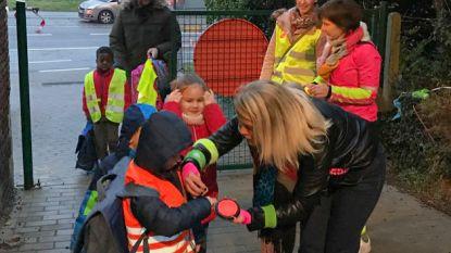 't Rakkertje beloont kinderen die met fluorescerende kledij naar school komen