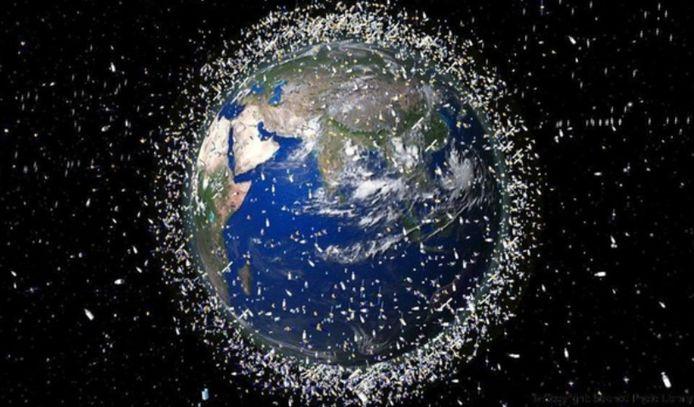 Een illustratiebeeld van het Europese ruimtevaartbureau ESA: impressie van gecatalogeerde objecten die in een lage baan rond de aarde draaien.