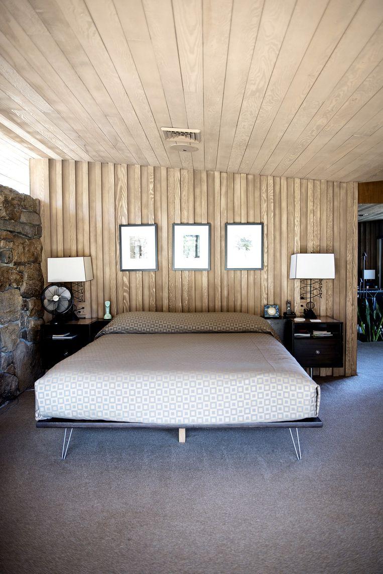 'Het bed heb ik speciaal laten maken in de stijl van de nachtkastjes die al klaar stonden voor het grofvuil toen ik het huis voor het eerst binnenkwam. Het bed was toen al verdwenen.' Beeld Els Zweerink