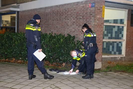 Agenten onderzoeken de broek.