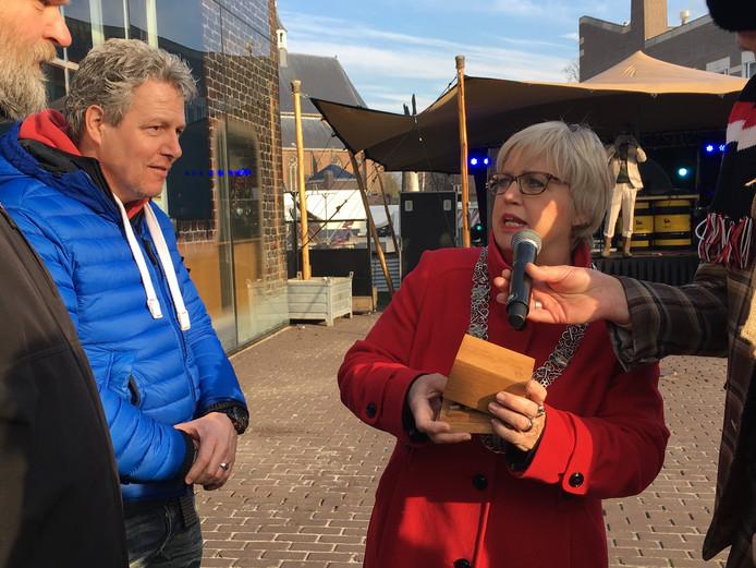Burgemeester Jetty Eugster-van Bergeijk reikt de erepenning uit.