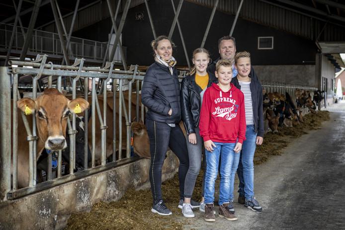 Erik en Hermien Kuiper met hun kinderen Lauren, Emiel en Andy in de koeienstal van Erve Kuiper annex ijsmakerij De IJskuip.