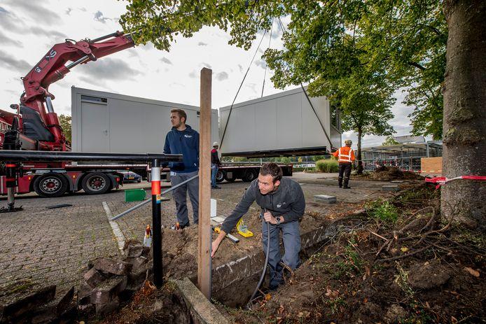 De coronateststraat in Tiel verhuist en komt met beduidend meer capaciteit nu bij Ziekenhuis Rivierenland te staan. Donderdagochtend begon de plaatsing: ook werden zowel elektriciteit als internet aangelegd.