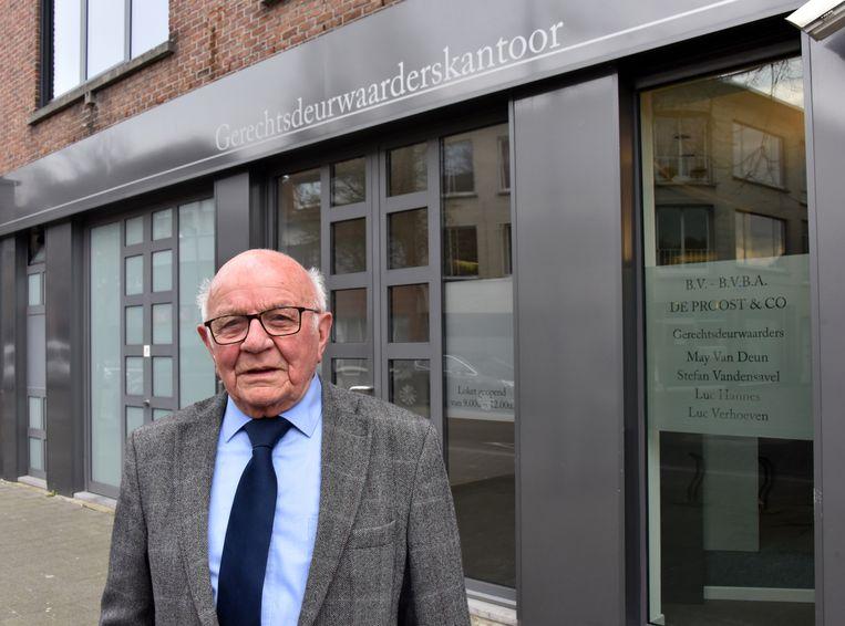 Bert Van Deuren (90) voor het kantoor waar hij al 30 jaar in loondienst is.