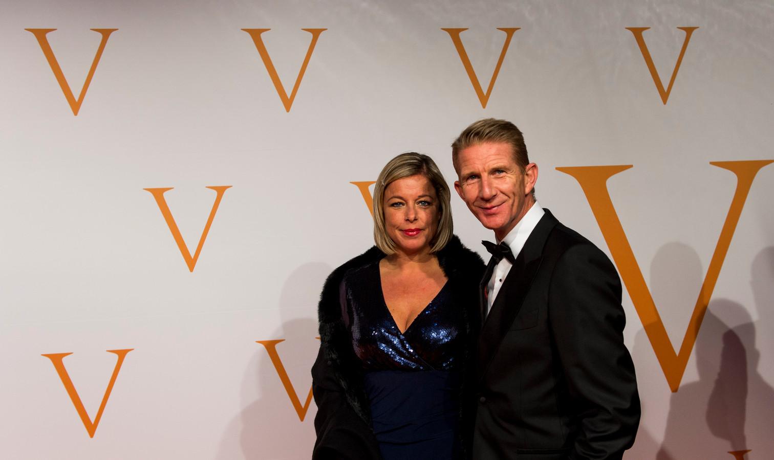 Jack de Vries en Melissa Goede op de oranje loper tijdens het 5-jarig jubileum van de musical Soldaat van Oranje