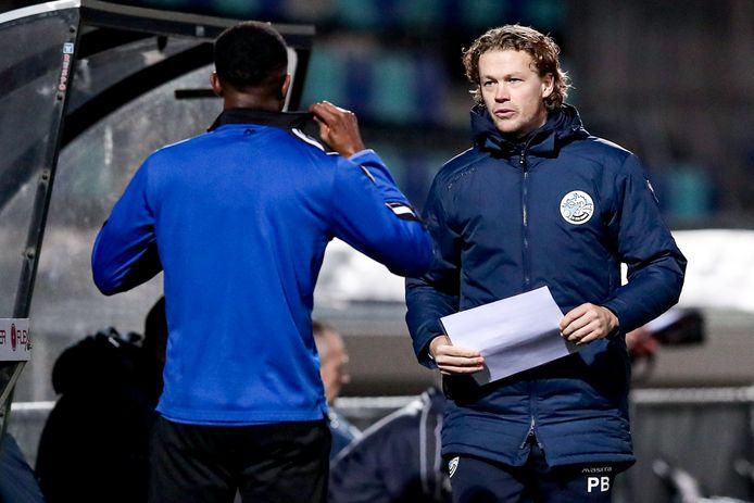 Paul Beekmans (rechts) als assistent-trainer van FC Den Bosch in gesprek met Brem Soumaoro voor zijn invalbeurt tegen FC Eindhoven (1-1) afgelopen vrijdag.