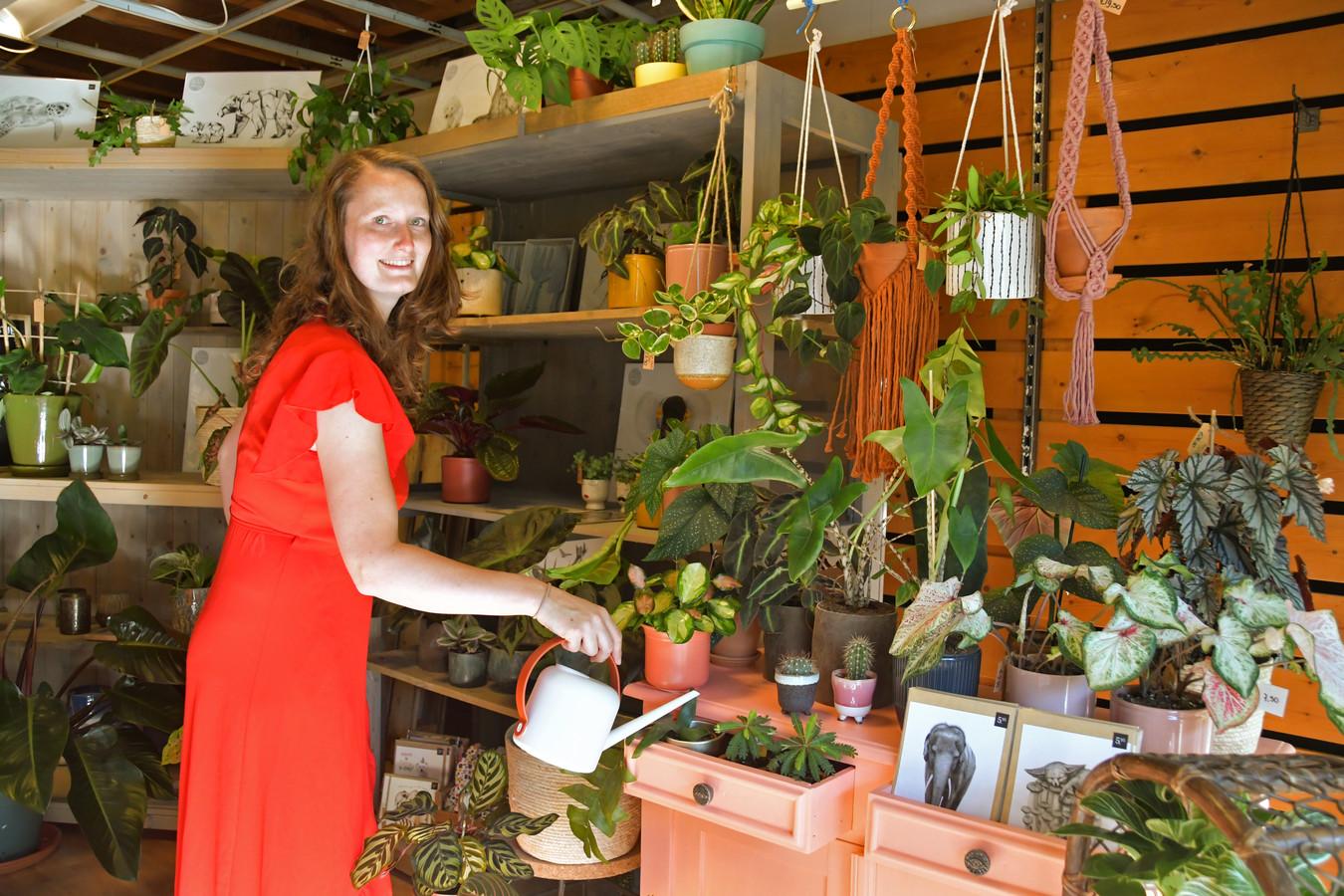 Hanneke Vermeirssen (29) opende plantenwinkel huisje.plantje.beestje. in Oostburg afgelopen mei. Als ze er zelf ook gaat wonen, wordt poes Poekje de shopmanager.