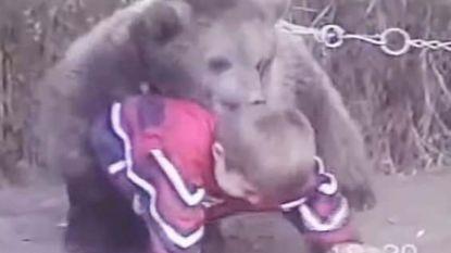 Straffe beelden: Russische kolos waar McGregor vannacht grootste UFC-kamp ooit tegen betwist, vocht op amper 9-jarige leeftijd met een beer