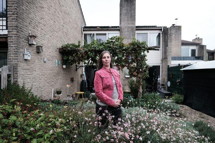 Manon Kummer staat voor het huis, dat is genomineerd voor de titel duurzaamste huis.