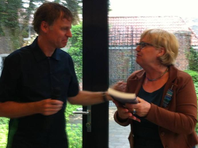 Burgemeester Jetty Eugster krijgt het eerste exemplaar van het boek De Glazen Boerderij aangeboden.