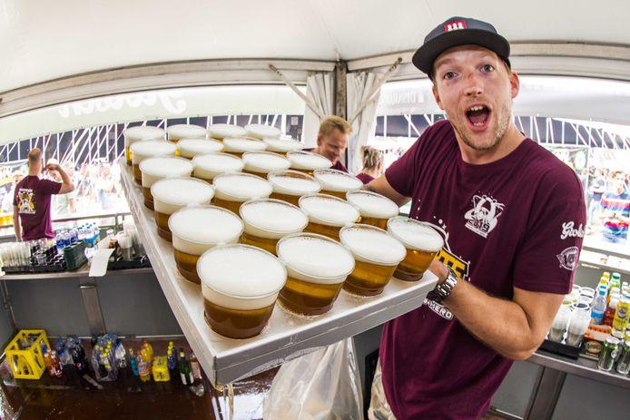 24 glazen bier op de Zwarte Cross, getapt in 17.2 seconden