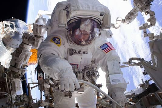Peggy Whitson tijdens een van haar 10 spacewalks, een ruimtewandeling buiten het ruimtestation. Geen enkele vrouw deed er meer.