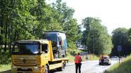 Baan Opoeteren-As versperd na frontale klap met twee bestelwagens