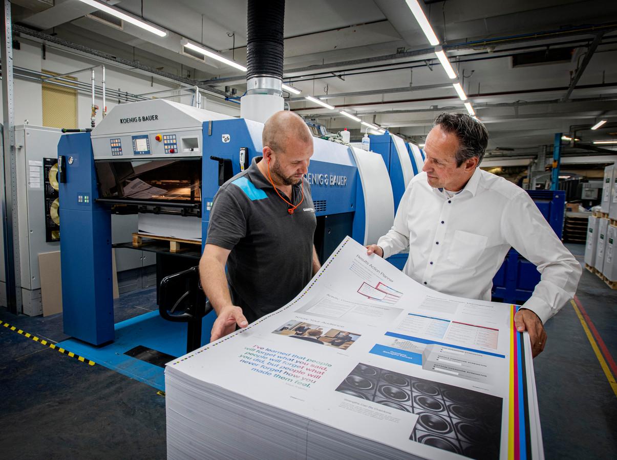 Dre Stevens verlaat na 42 jaar Drukkerij Gianotten Samen met Frank Vernooij bekijkt hij de prins uit de gloednieuwe Koenig & Bauer drukpers