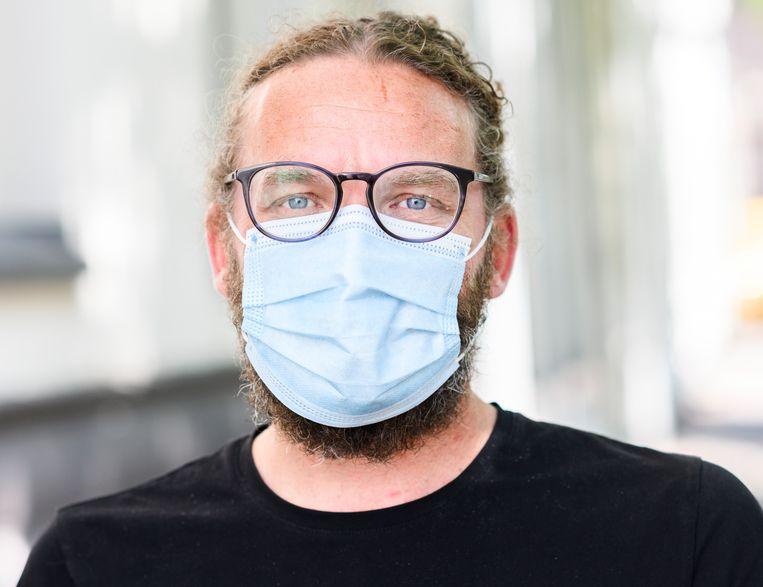 Een medisch mondkapje van het Kruidvat.   Beeld Bram Petraeus