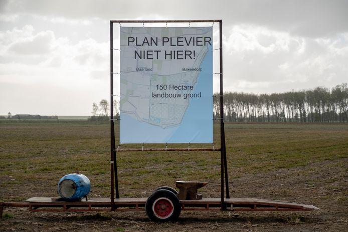 Met protestborden uiten de twaalf Baarlandse boeren hun onvrede over Plan Plevier.
