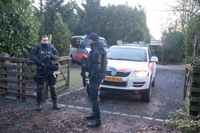 Zwaarbewapende eenheden bij de woonboerderij aan de Te Veenweg Zuid.