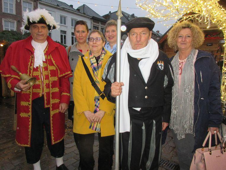 Kasseistamper Louis Peeters (midden), met links de Belleman en de vier Gasthuissisters.