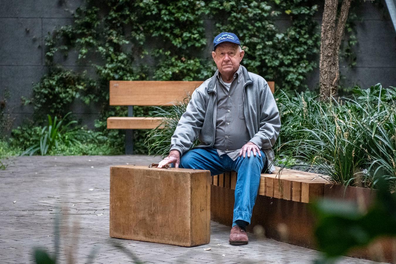Oorlogsgetuige Jan Rottier met zijn zelfgemaakte koffer, die overal met hem mee ging.