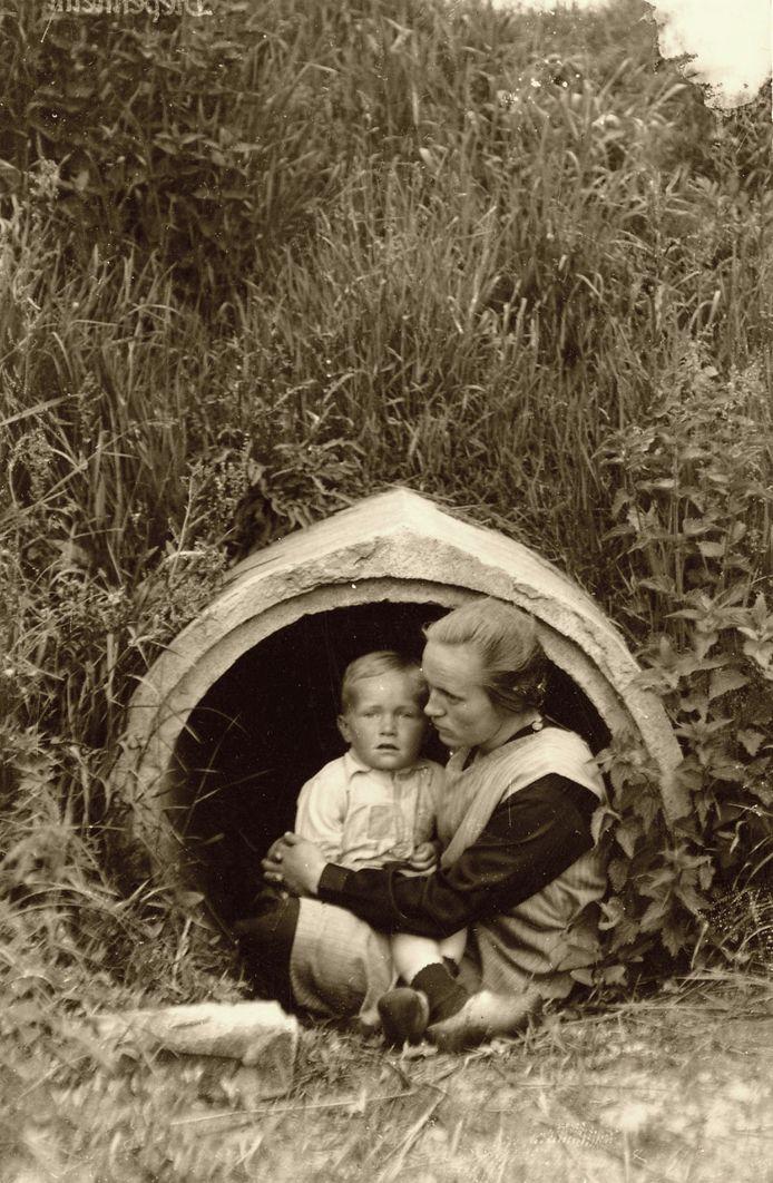 Markelo, begin april 1945 Aan het einde van de oorlog ligt de boerderij van de familie Kooymans in Markelo geregeld onder vuur. De Duitse verdediging bij het Twentekanaal is slechts een paar honderd meter van de boerderij verwijderd. Onder de weg vlak bij het erf ligt een duiker. Als er beschietingen of luchtaanvallen dreigen, vluchten moeder Kooymans en haar zoontje Hendrik Jan naar de betrekkelijk veilige schuilplaats. 75 jaar na de oorlog herinnert de inmiddels 79-jarige zoon zich die tijd nog goed levendig.