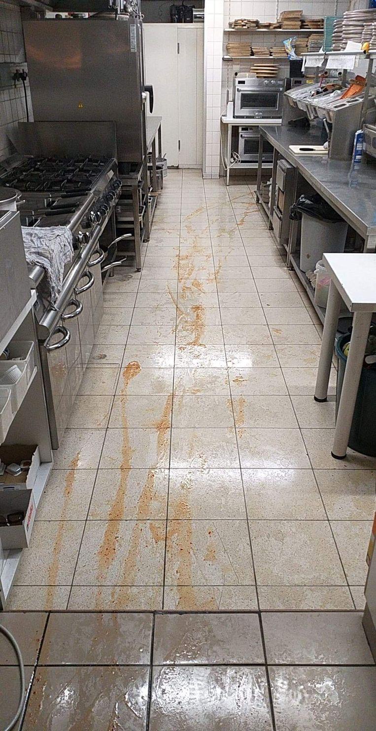 De inbreker spoot zelfs flessen saus leeg op de grond.