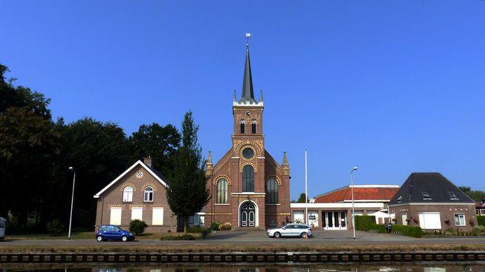 De kerkklokken van kerkelijk centrum Het Anker, waar 75 jaar geleden direct na de bevrijding een emotioneel beladen bevrijdingsdienst volgde, luiden vijf minuten lang.