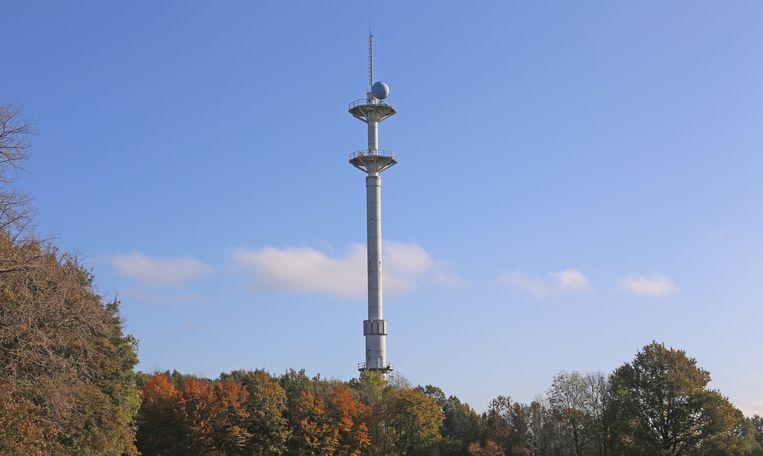 De radartoren van Brussegem steekt 70 meter boven de grond uit.