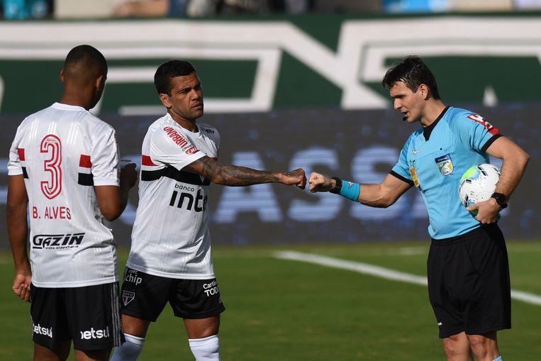 Dani Alves begroet de scheidsrechter, maar een wedstrijd zou er niet komen.