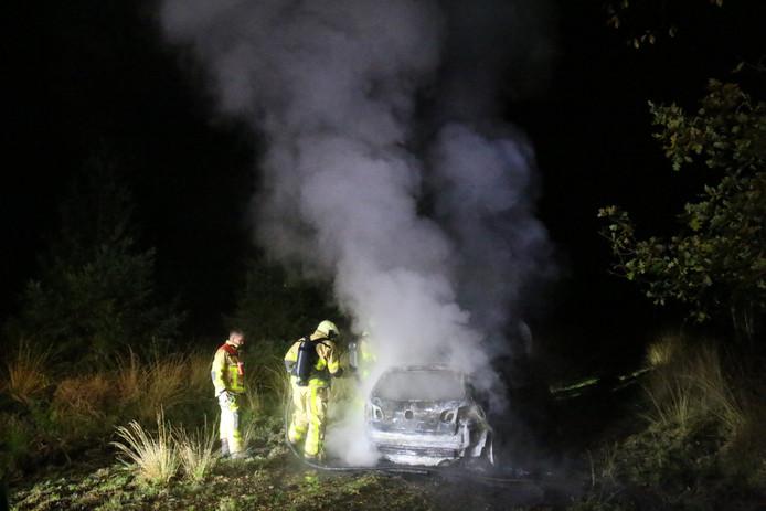 In een bosgebied aan de Krimweg in Hoenderloo is maandagavond een auto uitgebrand.