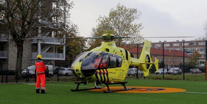Een traumahelikopter landde op een speelveldje in de buurt.