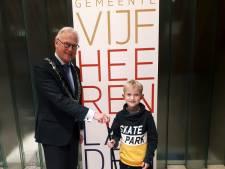 Maas (8) ging langs bij de burgemeester van Vijfheerenlanden om zwerfvuil aan te pakken