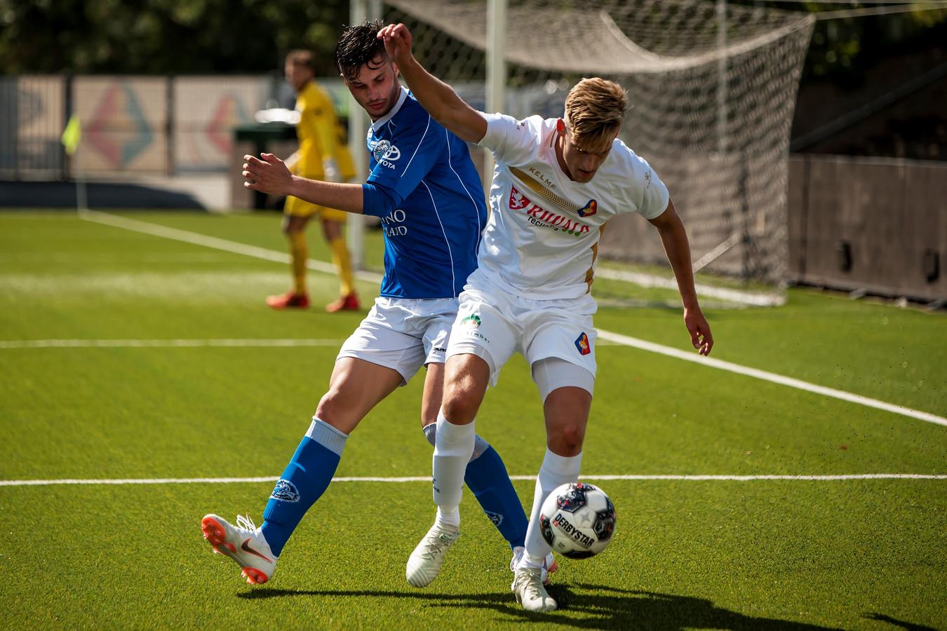 Jordie van der Laan (rechts) schermt de bal af voor Telstar, vorige week in de oefenwedstrijd tegen FC Den Bosch. Verdediger Stefan Velkov loert op de bal.