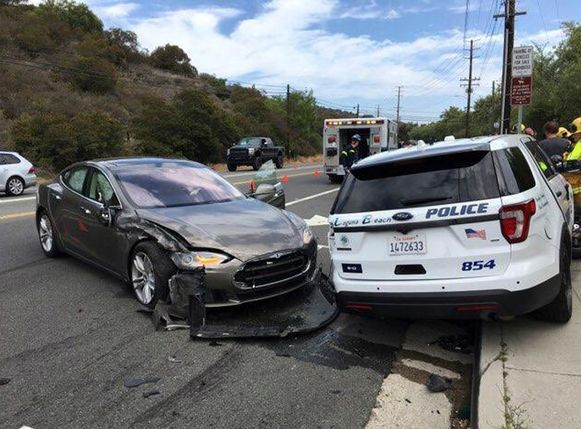 Een elektrische Tesla botste vorig jaar op een geparkeerde politieauto in het Californische Laguna Beach Police Department. Een nieuw systeem van Bosch moet voorkomen dat inzittenden of hulpverleners bij botsingen met elektrische auto's een gevaarlijke schok krijgen.