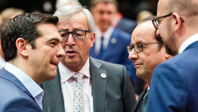 De Griekse premier Alexis Tsipras (l) in gesprek met president Jean-Claude Juncker van de Europese Commissie, de Franse premier Francois Hollande en zijn Belgische collega Charles Michel.