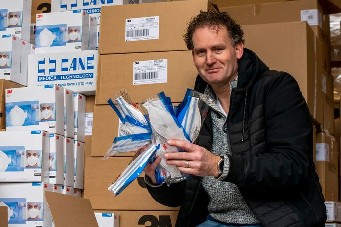 Erik Bouwknegt verkoopt ineens heel veel maskers aan Chinezen, hier in zijn loods in Hasselt.