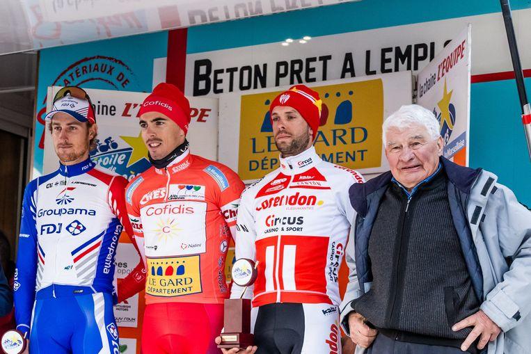 Jimmy Janssens wat onwennig tussen winnaar Laporte en legende Raymond Poulidor, de opa van zijn ploegmaats Mathieu en David van der Poel.