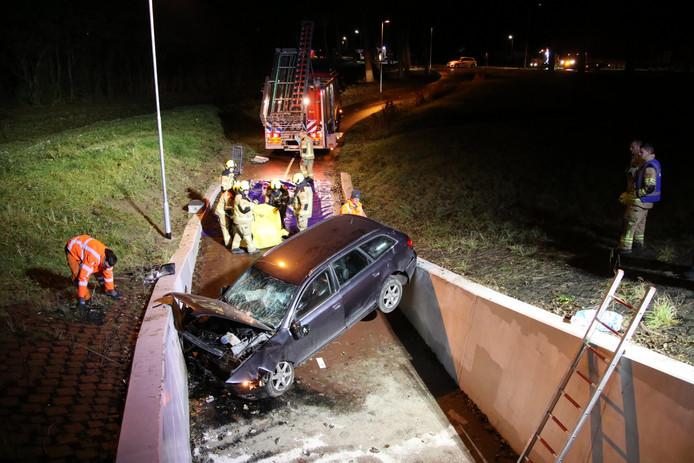 De auto belandde na een uitwijkmanoeuvre in een fietserstunnel.