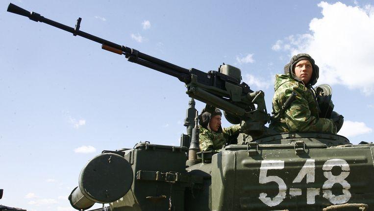 Russische troepen nemen op 3 april deel aan een militaire oefening in de Volgograd-regio. Beeld afp