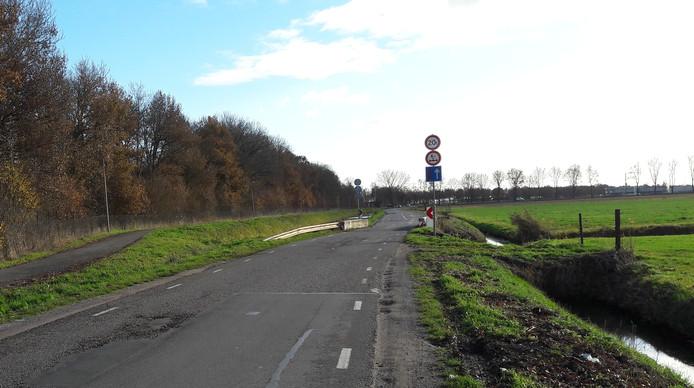 Het te zwakke bruggetje zorgt voor een gevaarlijke knik in de Parallelweg. De weg, waarvan de bermen zijn stukgereden, is een veelgebruikte sluiproute tijdens files op de A2 bij Zaltbommel.
