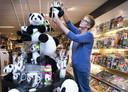 Winkeliers in Rhenen versierden hun winkels voor de komst van de panda's in 2017.