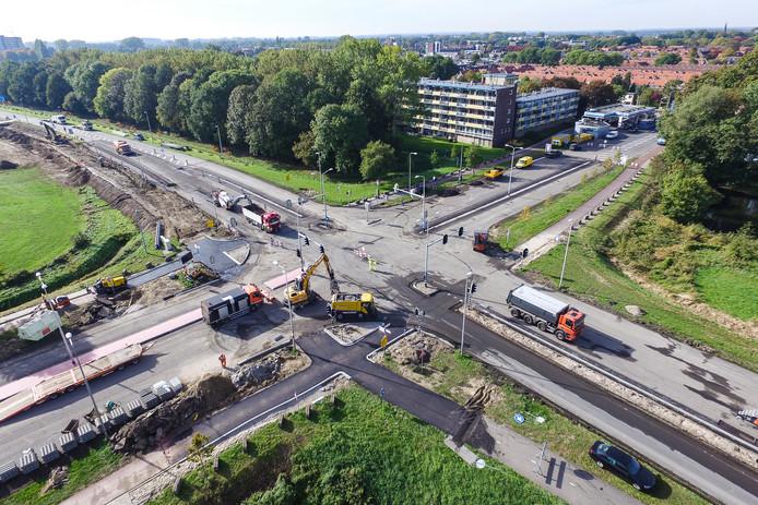 Het kruispunt van de Den Elterweg en de Warnsveldseweg/Rijksstraatweg ligt er volledig uit door wegwerkzaamheden om de doorstroming op de provinciale weg te verbeteren.